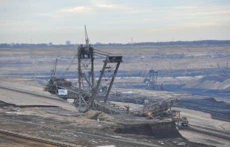 Der Braunkohlen-Tagebau Garzweiler mit seiner tiefen Grube