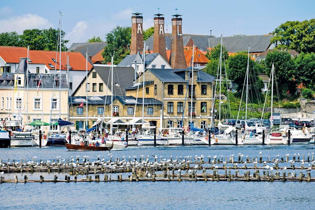 Schornsteine der Aalräucherei an der Ostsee